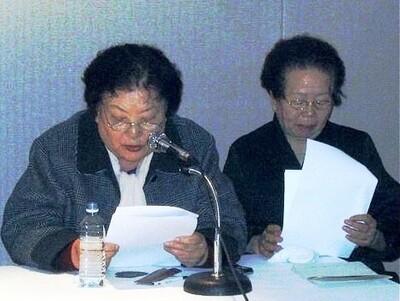 임기란 어머니가 2005년 3월 강기훈 유서대필 조작사건 대책위원회 기자회견 때 이소선 어머니와 나란히 앉아 성명서를 낭독하고 있다. <한겨레> 자료사진