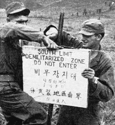 박한식 교수는 한국전쟁 70년이 되도록 '정전' 상태인 한반도에 진정한 평화를 정착시키기 위해서는 미국 패권주의 세력의 '북한 악마화 프레임'을 넘어서는 새로운 인식이 필요하다고 역설한다. 정전협정 체결 직전인 1953년 7월22일 미군들이 휴전선에서 비무장지대 표지판을 세우고 있다. 사진 남북회담본부
