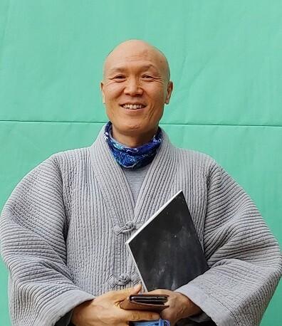전등사 주지 승석 스님은 중견작가에 이어 신예작가 지원을 통해 불교와 현대미술의 특별한 인연을 이어가고 있다. 사진 김경애 기자