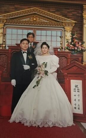 1990년 신경호-구희선 부부의 결혼식 때 고 김희수(가운데) 금정학원 이사장이 주례를 서주었다. 사진 신경호 교수 제공