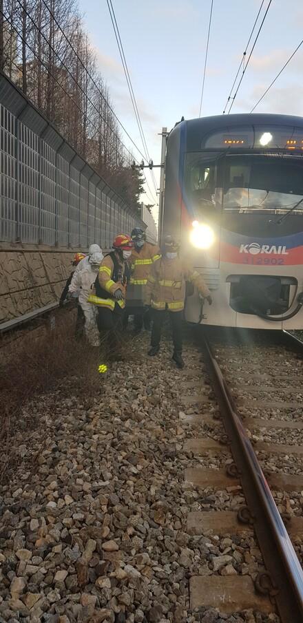 27일 지하철 1호선 부천역 인근에서 전동차에 치인 10대를 소방대원들이 구조하고 있다. 경기도소방재난본부 제공