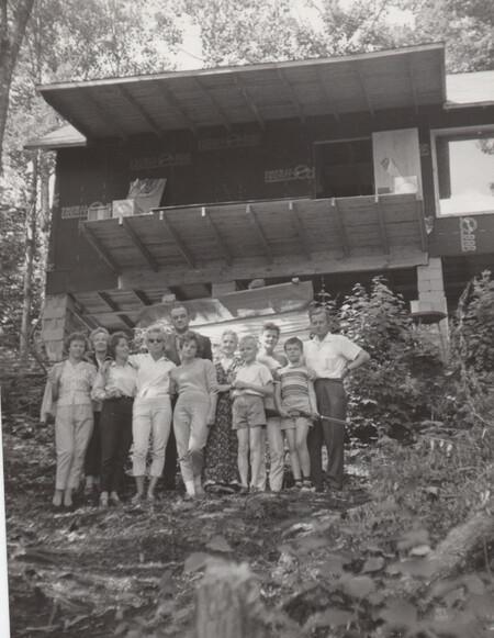 폴란드 이민자들과 함께 대가족을 꾸려 생활한 캐나다 이민 초기 모습. 오른쪽에서 네 번째 열세살의 크리스 도브잔스키. 사진 크리스 도브잔스키 제공.