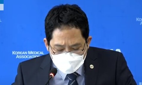 """의협 """"독감 예방접종 일주일 잠정 유보"""" 권고"""