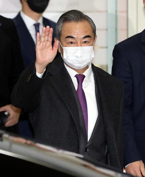 왕이 중국 외교부장 겸 국무위원이 지난 25일 밤 인천국제공항 2터미널을 통해 입국하고 있다. 연합뉴스