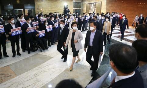 """'팔' 자르며 '몸통' 택한 민주당…""""하나는 부족"""" 버틴 국민의힘"""