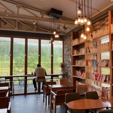 입주업체 '북토이'는 카페베네 부여점과 협력해 매장 2층에 '움직이는 북 스탠드'를 전시했다. 사비공예문화산업지원센터 제공
