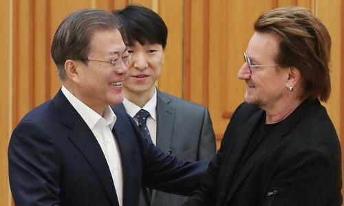 """문 대통령, U2 보노 만나 """"공연중 남북한 평화 메시지에 감사"""""""