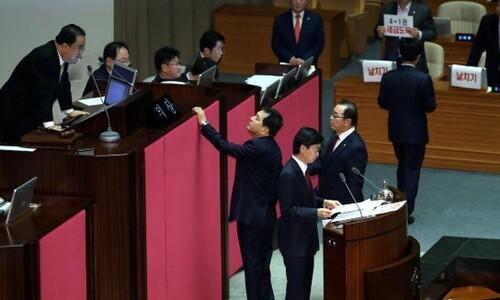 """'4+1 예산안' 본회의 상정되자 한국당 """"날치기"""" 반발"""