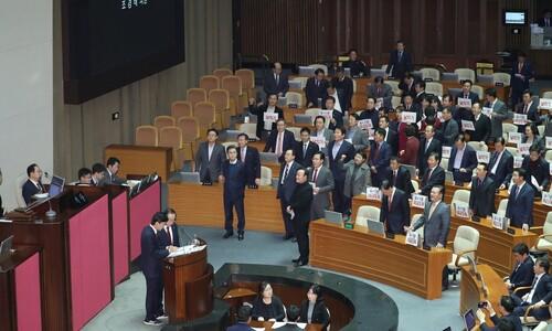 """예산안에 """"날치기"""" 야유 한국당, 일부 의원은 '지역구 예산' 홍보"""