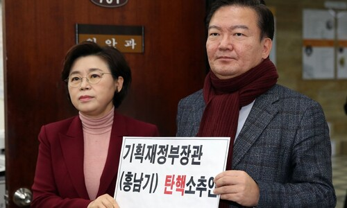 """한국당, 홍남기 부총리 탄핵소추안 제출 """"중립 의무 저버려"""""""
