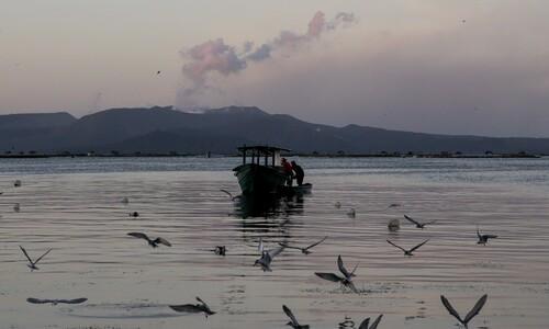 화산 앞서 고기 잡는 필리핀 어부