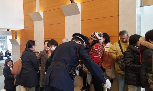 '독도는 일본 땅' 일본 정부 전시관 문 열자 우익들 '우르르'