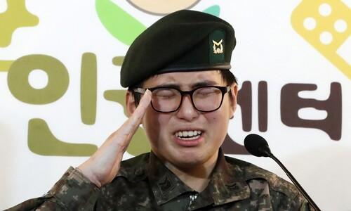 """공개석상 나온 성전환 하사 """"군에 돌아갈 때까지 싸울 것"""""""