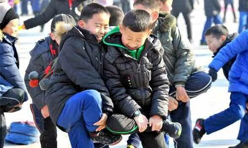 북한 어린이들의 '무르팍씨름'
