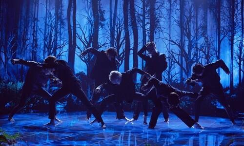'맨발의 파격' BTS, 미국서 '블랙스완' 첫 무대