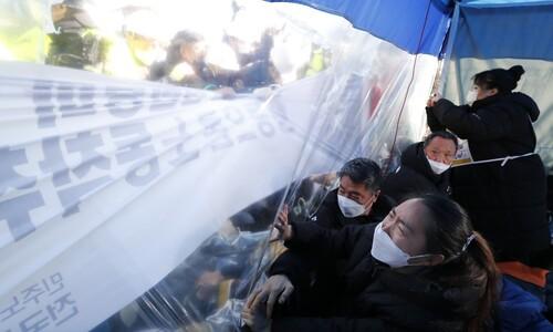코로나19 총력 대응 뒷편…밀려나는 사람들을 기억하다