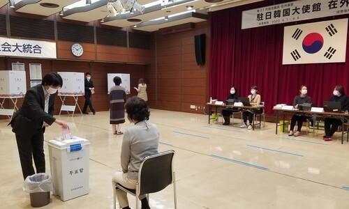 도쿄 재외국민 투표 첫날… '역대급 투표율' 반전