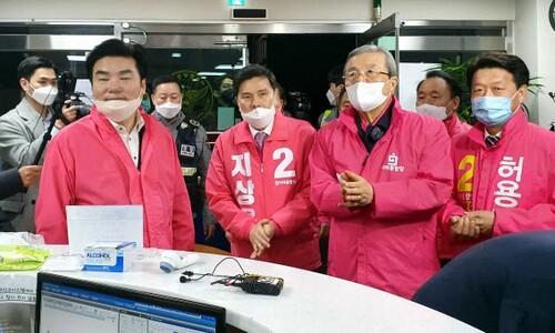 같은 점퍼 뒤집은 한국당, 쌍둥이 '1·5일 버스' 낸 민주당
