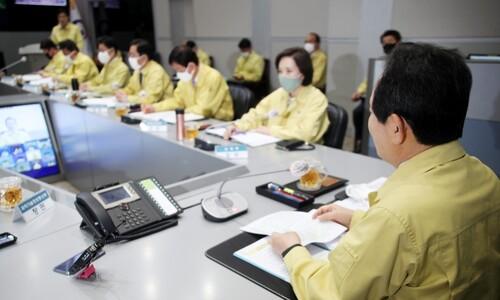 코로나19 확진자 1만명…'고강도 거리두기' 지속 여부 4일 결정