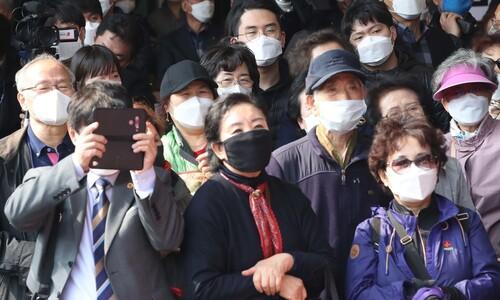 [포토] 마스크 쓰고 후보자 연설 듣는 유권자들