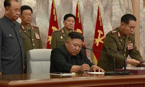 문서에 서명하는 북한 김정은 위원장