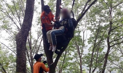 패러글라이딩 중 60대 조종사 떨어져 실종…체험객은 무사