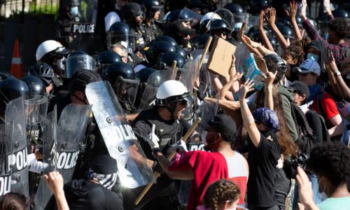 시위대와 몸싸움 벌이는 백악관 비밀경호국 요원들