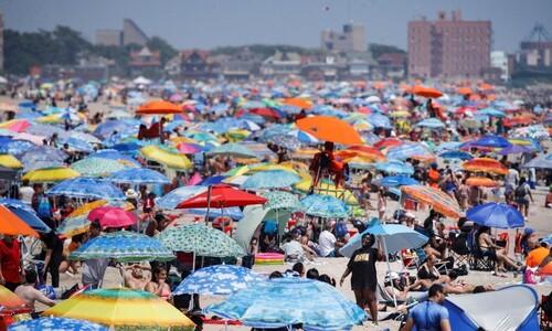 코로나에도 피서객 빼곡한 뉴욕의 해변