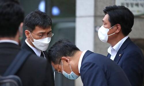 안희정 모친상에 보낸 문 대통령·민주당 조화 논란