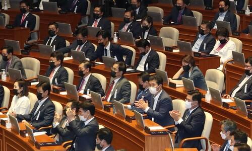 역대 최악 지각 국회…대통령 '협치 넥타이'-야당 '검은 마스크'