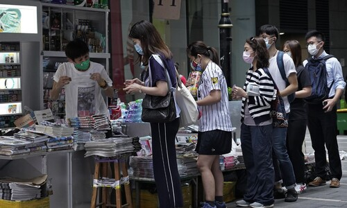 """""""우린 계속 싸울 것"""" 핑궈일보에 홍콩 시민 '신문 매진 연대'"""