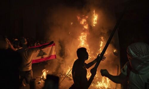 바리케이드에 불 지르는 시위대