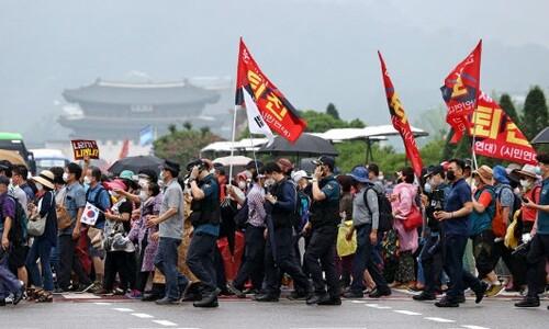 집단감염 우려 속 광복절집회 강행…경찰에 차량 돌진