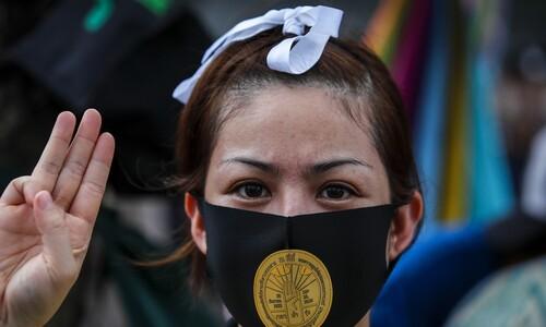 타이 시위 최전선에 젊은 여성들이 나서는 이유는?