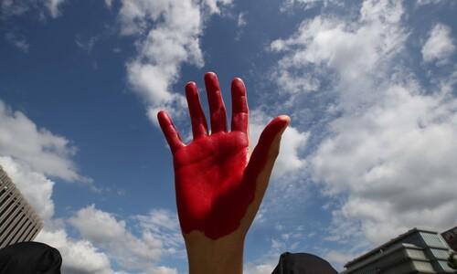 불타는 지구 표현한 빨간 손