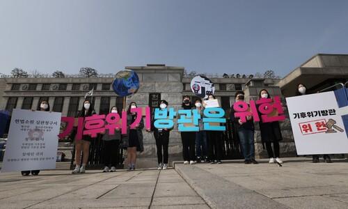 '한국의 툰베리들' 기후위기 헌소 내고 국회에 행운의 편지