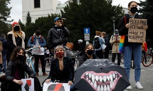 """""""임신중지 금지 반대"""" 외친 여성들은 왜 철제옷걸이를 들었나"""