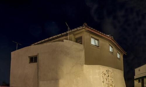 오묘한 빛과 색감…세월이 만든 도시 변두리 집들