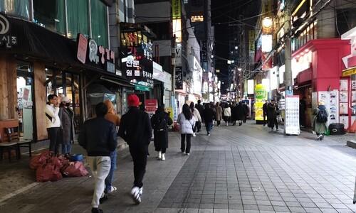 """[르포] 부산 밤 9시 휑해진 거리…상인들 """"손님 80% 줄어"""""""