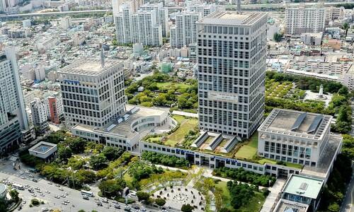 부산시청 직원 첫 확진…건물 3층 폐쇄·동료 10명 자가격리