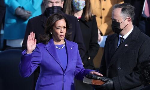 해리스, 보라색 옷 입고 라틴계 여성 대법관 앞에서 선서