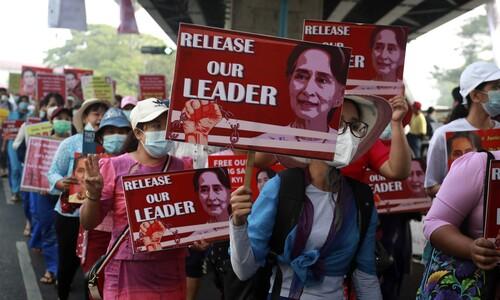 쿠데타 반대 행진하는 미얀마 대학 교원들