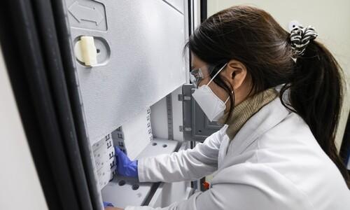 코로나19 신규 확진자 415명…화이자 백신도 접종 시작