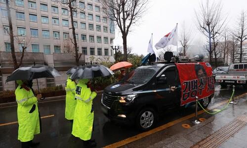 쌀쌀한 빗속 '3·1절' 보수단체 집회, 충돌 없이 마무리
