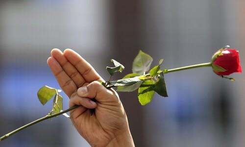 '피의 일요일' 추모, 미얀마 시민들은 핏빛 장미꽃을 들었다