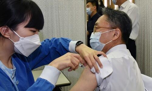 아스트라제네카 백신 접종받는 서울대병원 의료진