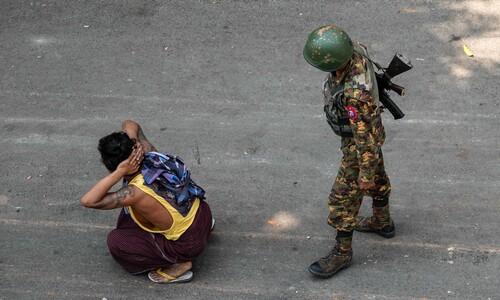 미얀마군에 연행된 쿠데타 규탄 시위대