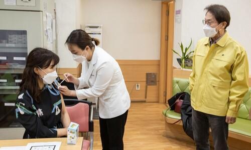 'AZ 제외' 30살 미만 교사 어쩌나…꼬이는 '학교 백신접종'