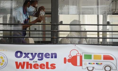 산소 공급 차량으로 개조된 인도 버스
