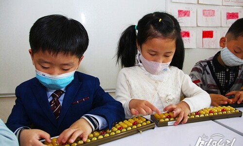 마스크 쓰고 주판알 굴리는 북한 어린이들